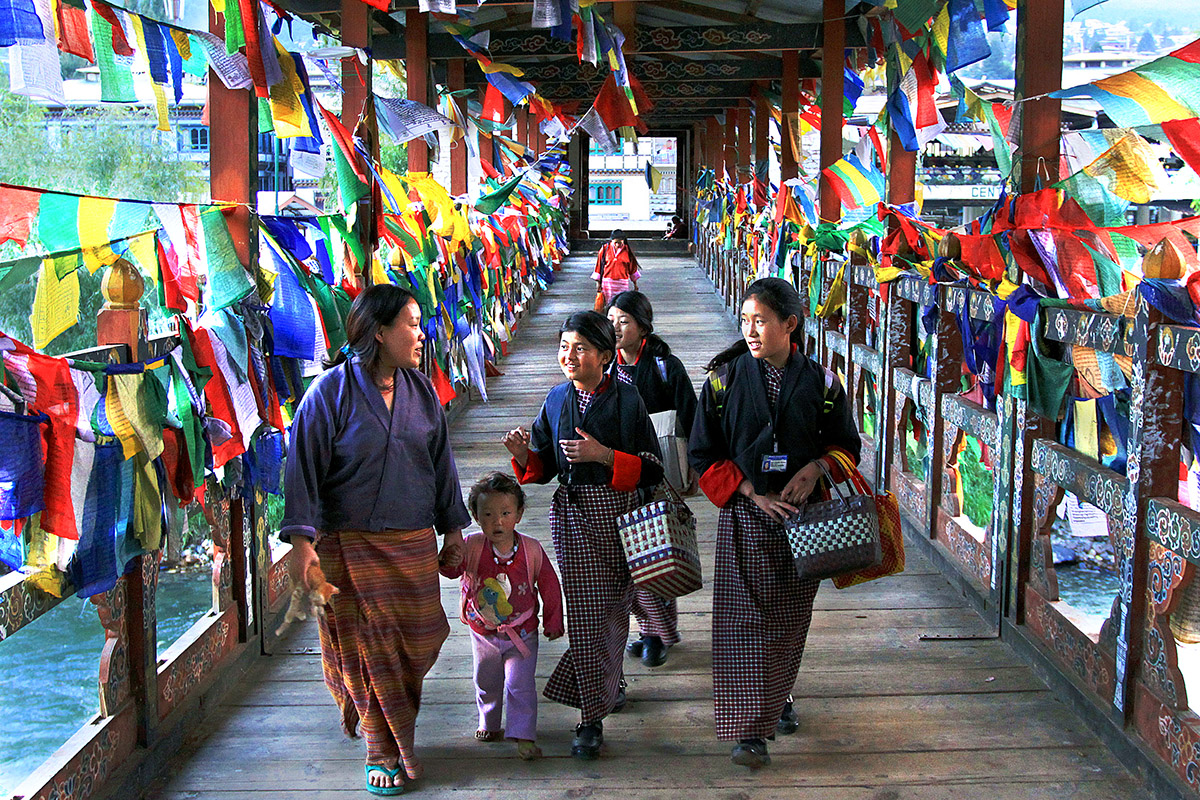 bhutan/thimphu_bridge_girls