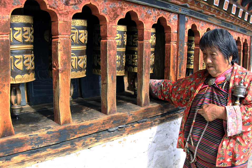 bhutan/thimphu_changangkha_lhakhang_woman_praying