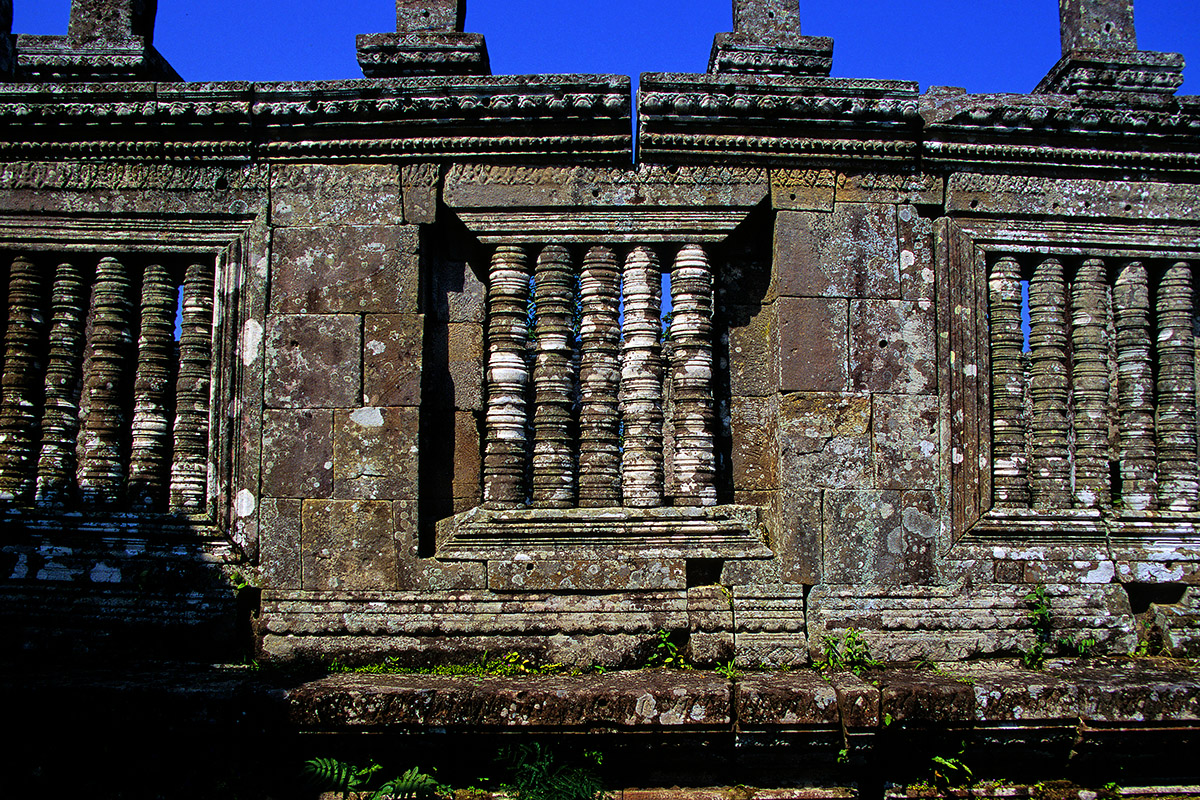 cambodia/preah_vihear_window_pillars