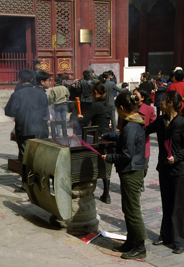 china/2001/lama_incense_vert