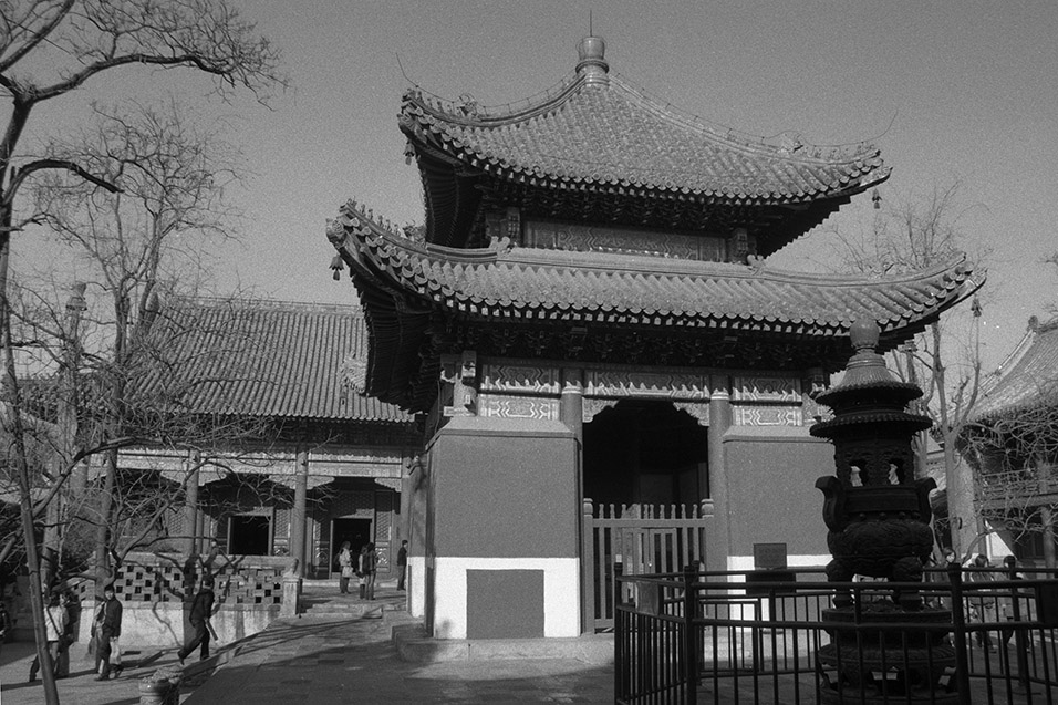china/2004/beijing_lama_temple_pavilion_bw