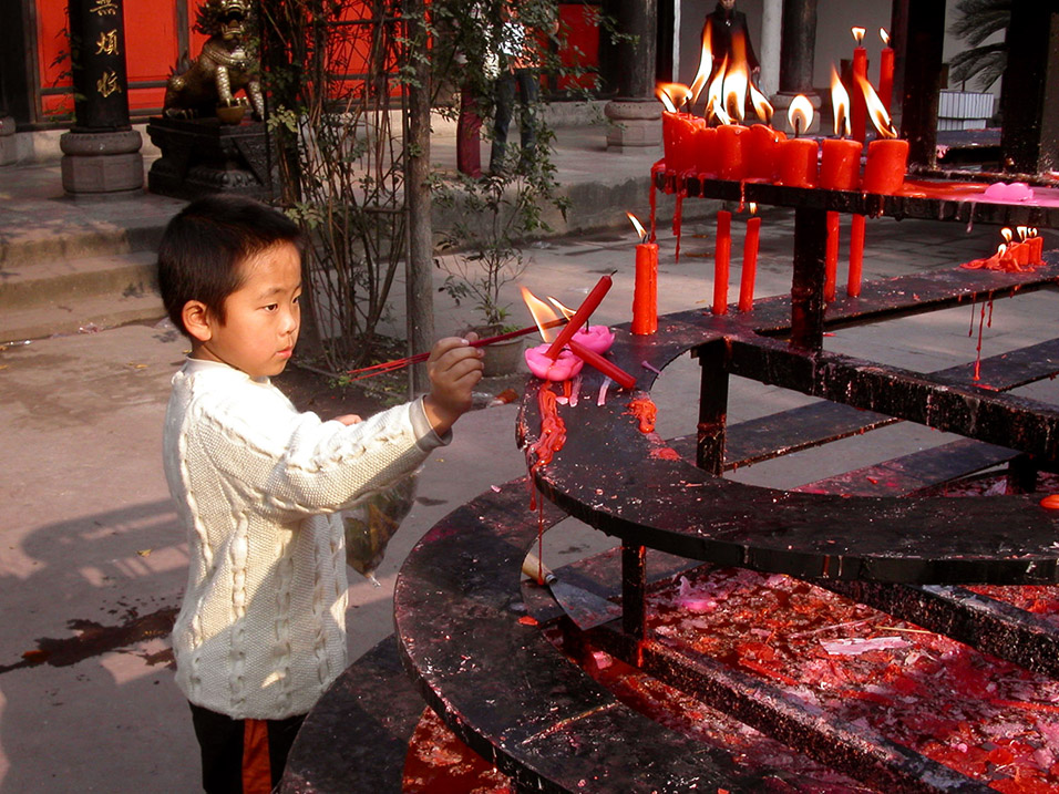 china/2004/chengdu_boy_incense