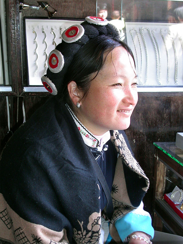 china/2004/lijiang_minority_woman