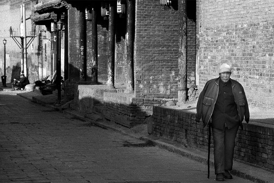 china/2004/pingyao_bw_man_walking