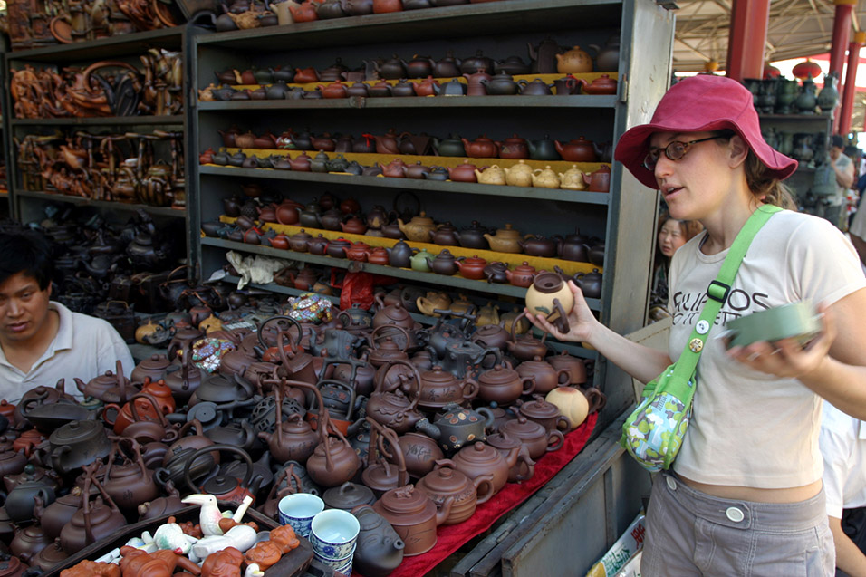 china/2006/beijing_antique_market_anna_sophie_deciding