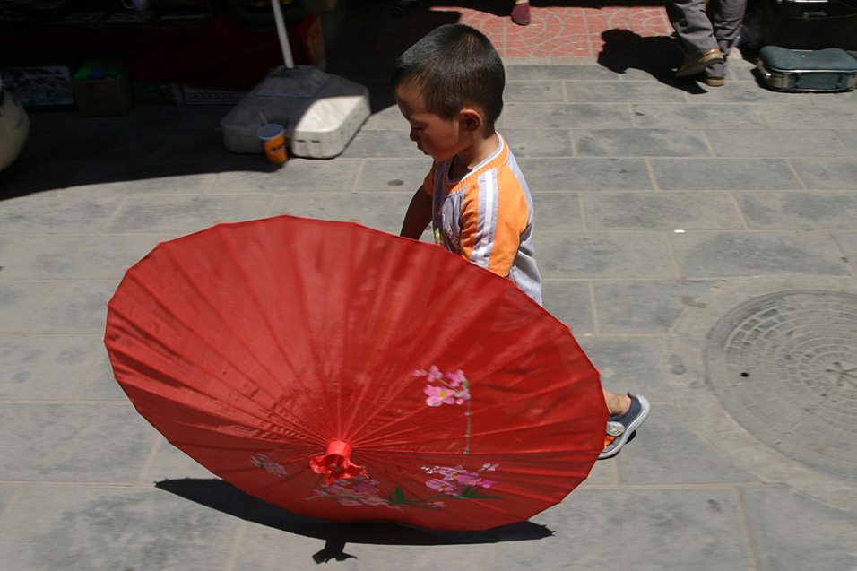china/2006/beijing_antique_market_boy_umbrella