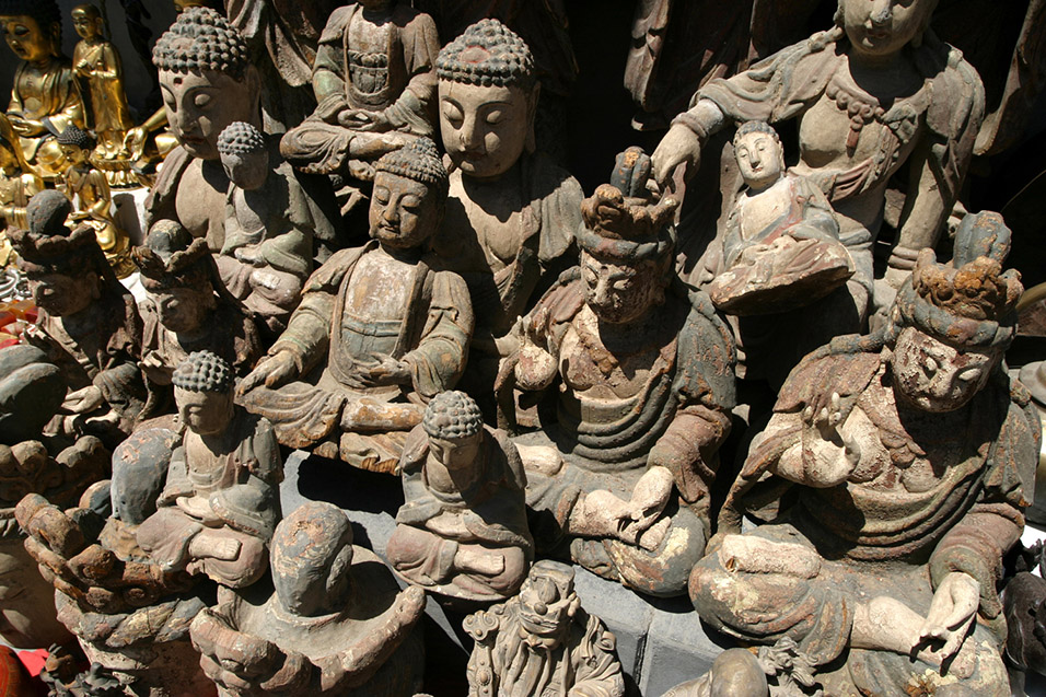 china/2006/beijing_antique_market_buddhas