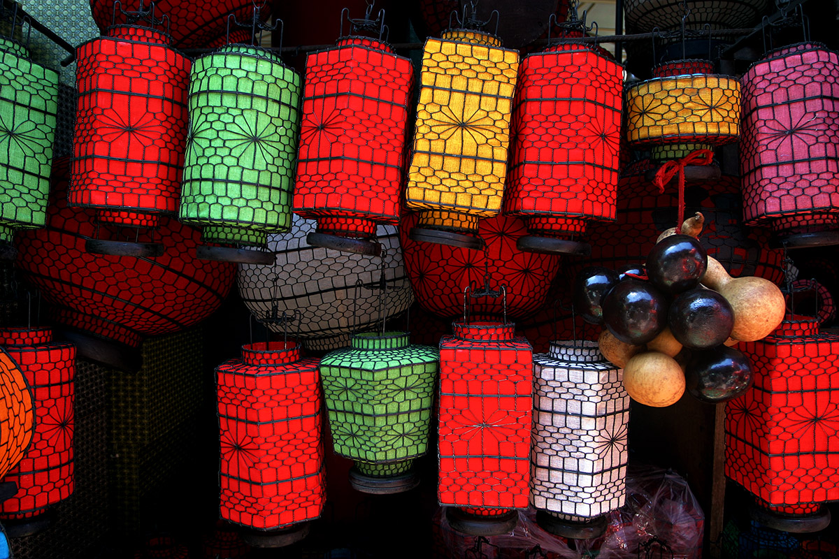 china/2006/beijing_antique_market_lanterns