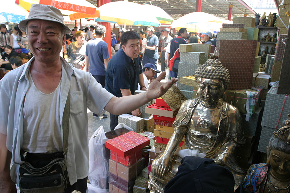 china/2006/beijing_antique_market_man_selling