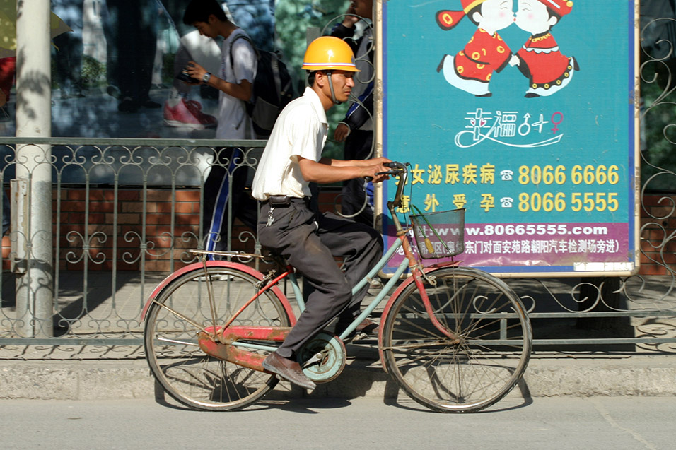china/2006/beijing_bike_worker