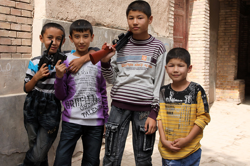 china/2010/kashgar_alley_kids_tough