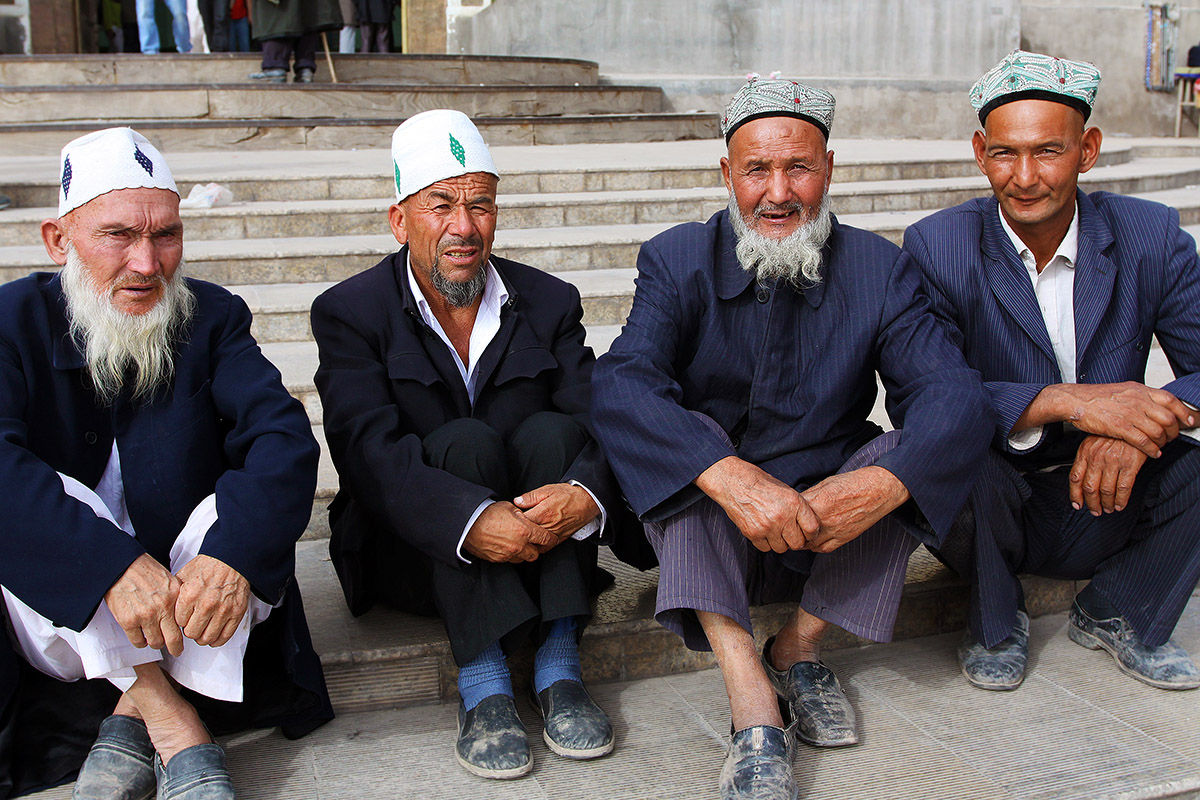 china/2010/kashgar_mosque_men
