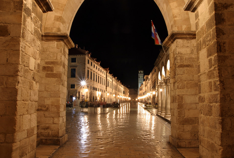 croatia/dubrovnik_south_gate_night
