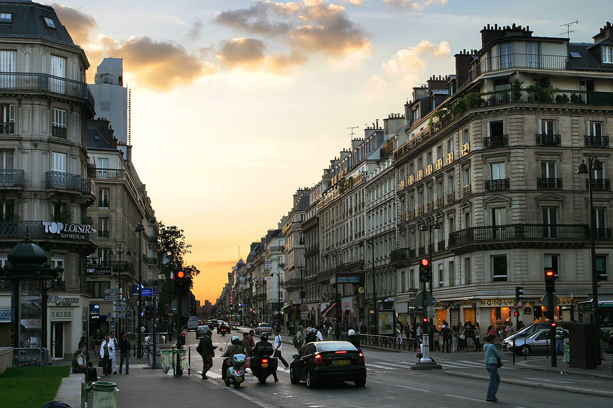 france/paris_rue_de_rivoli_dusk