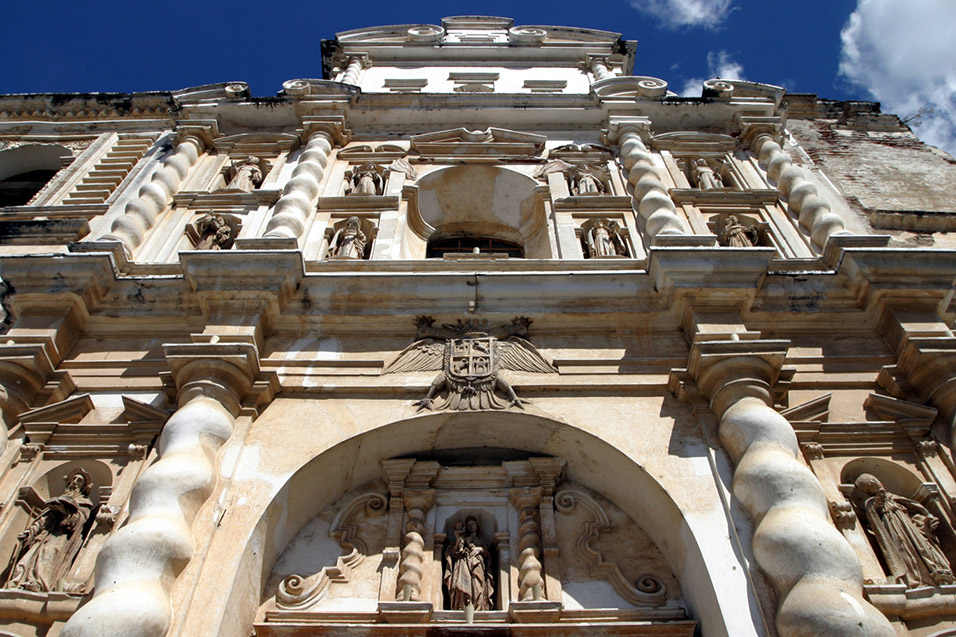 guatemala/antigua_catedral_de_san_francisco_looking_up