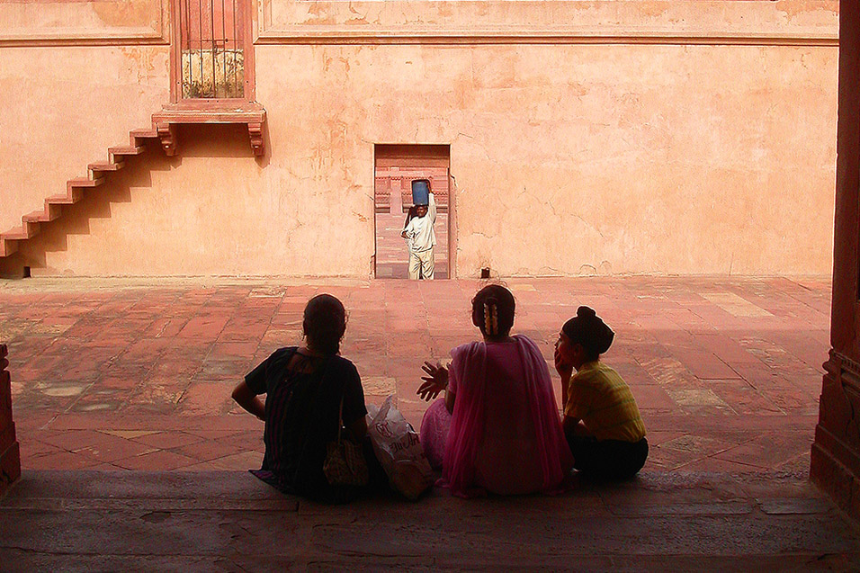 india/fatehpur_people_courtyard