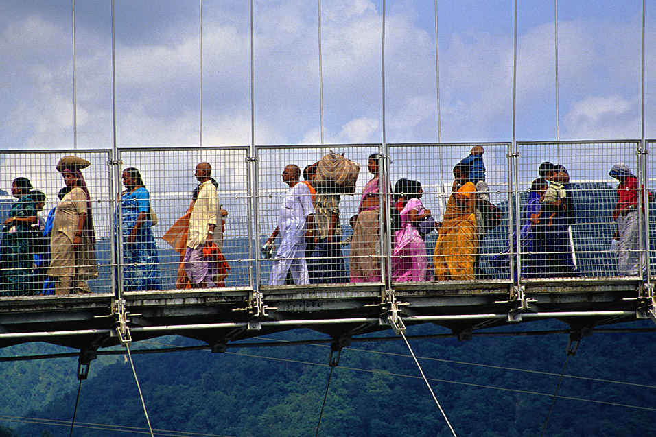 india/rishikesh_bridge_people_close