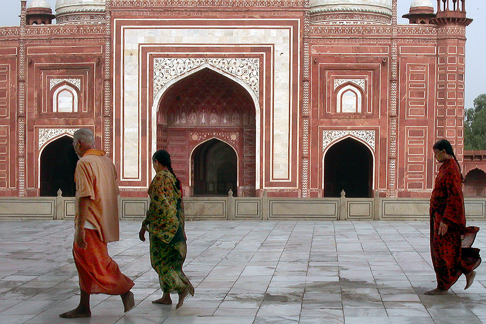 india/taj_mahal_people_walking