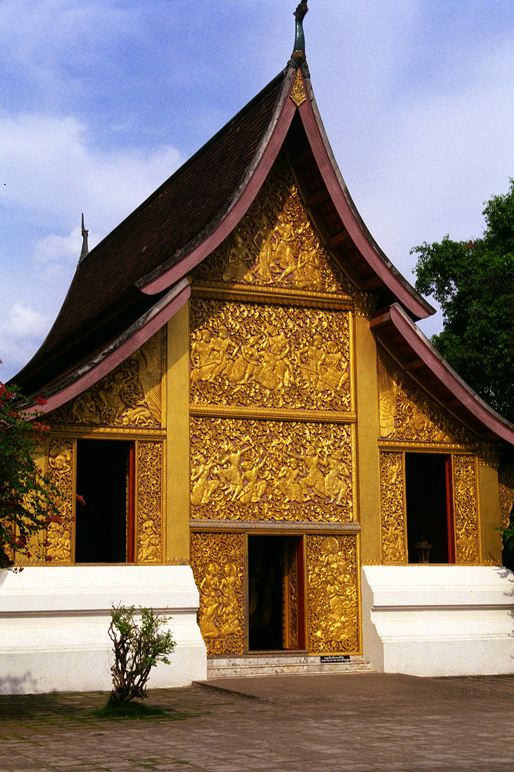 laos/luang_prabang_golden_wat_vertical