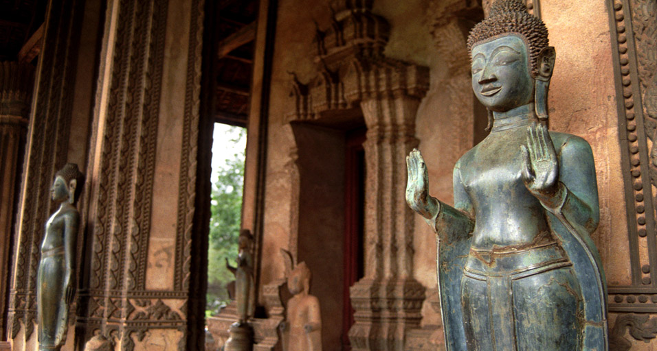 laos/palace_buddha_hands_out