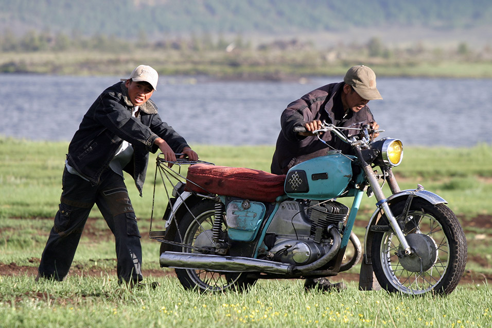 mongolia/lake_tsetserleg_broken_bike