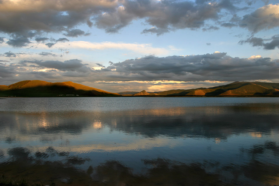 mongolia/lake_tsetserleg_sunset_reflection
