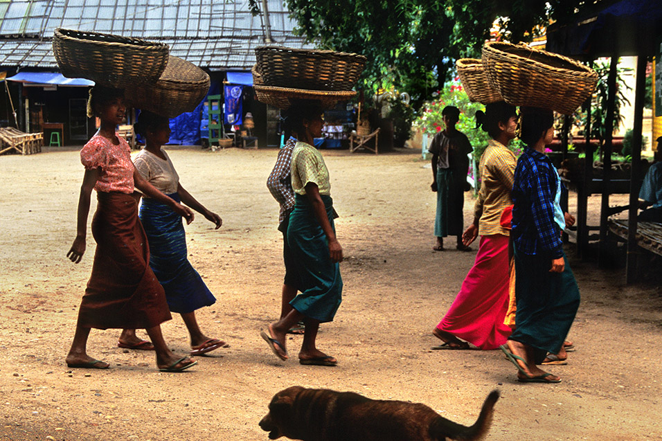 myanmar/bagan_girls_with_baskets