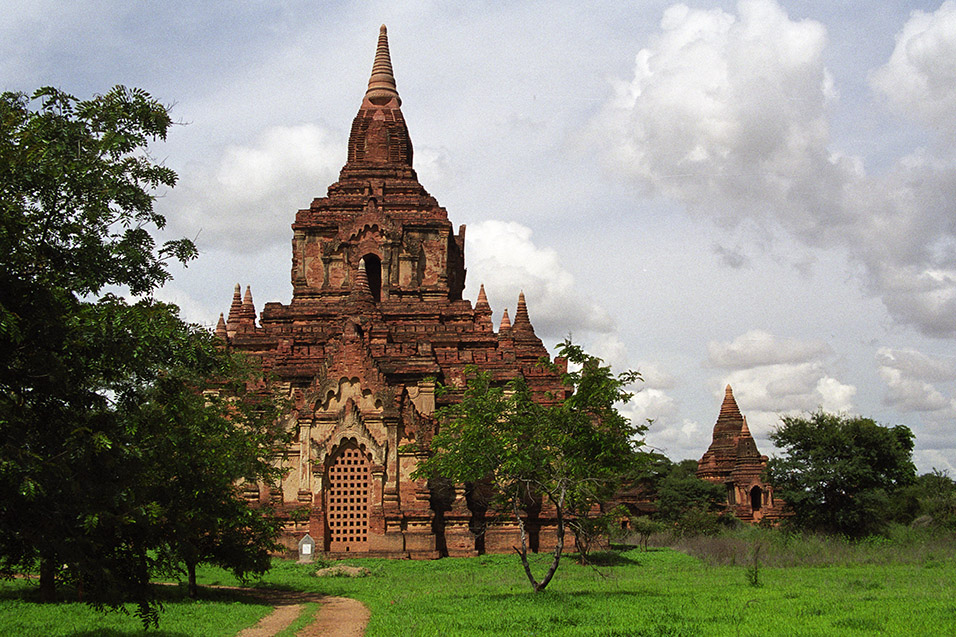 myanmar/bagan_lone_stupa_green_fields