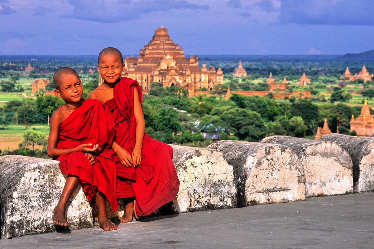 myanmar/bagan_novice_monks_view