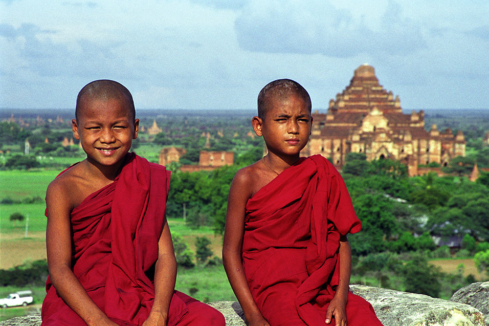 myanmar/bagan_novice_monks_view_2