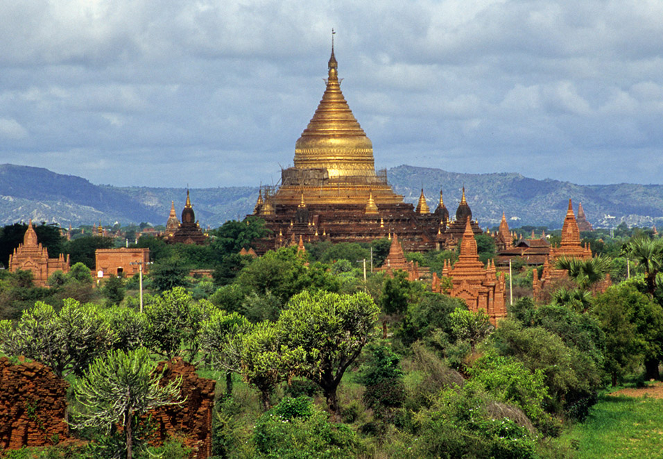 myanmar/bagan_stupa_golden_far