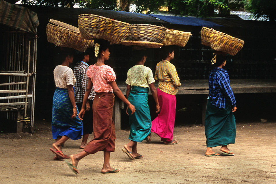 myanmar/bagan_women_baskets_balancing