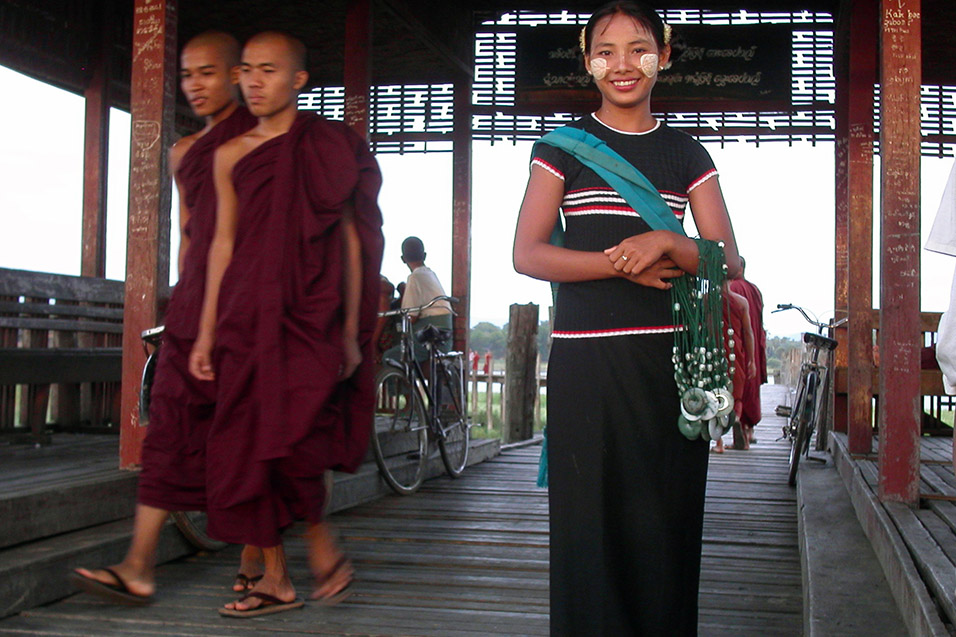 myanmar/bridge_girl_monks