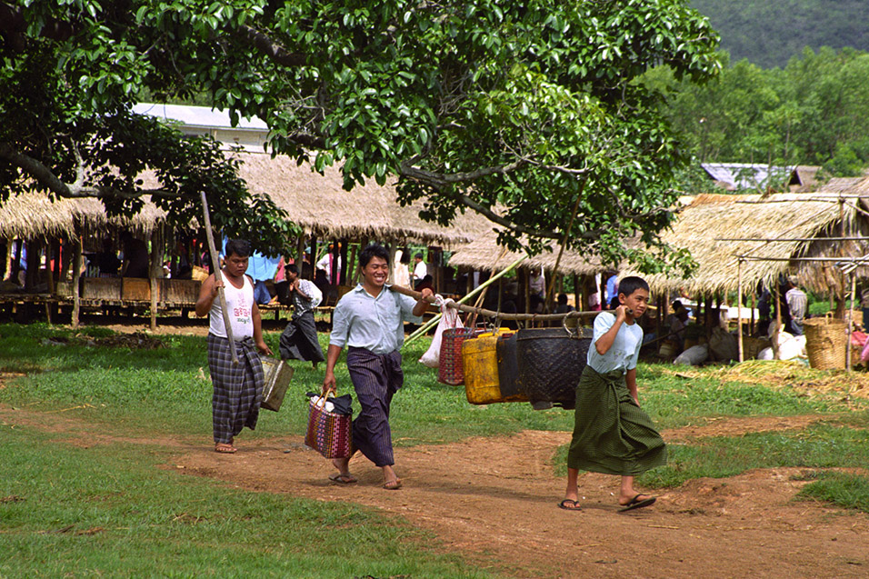 myanmar/inle_carrying2