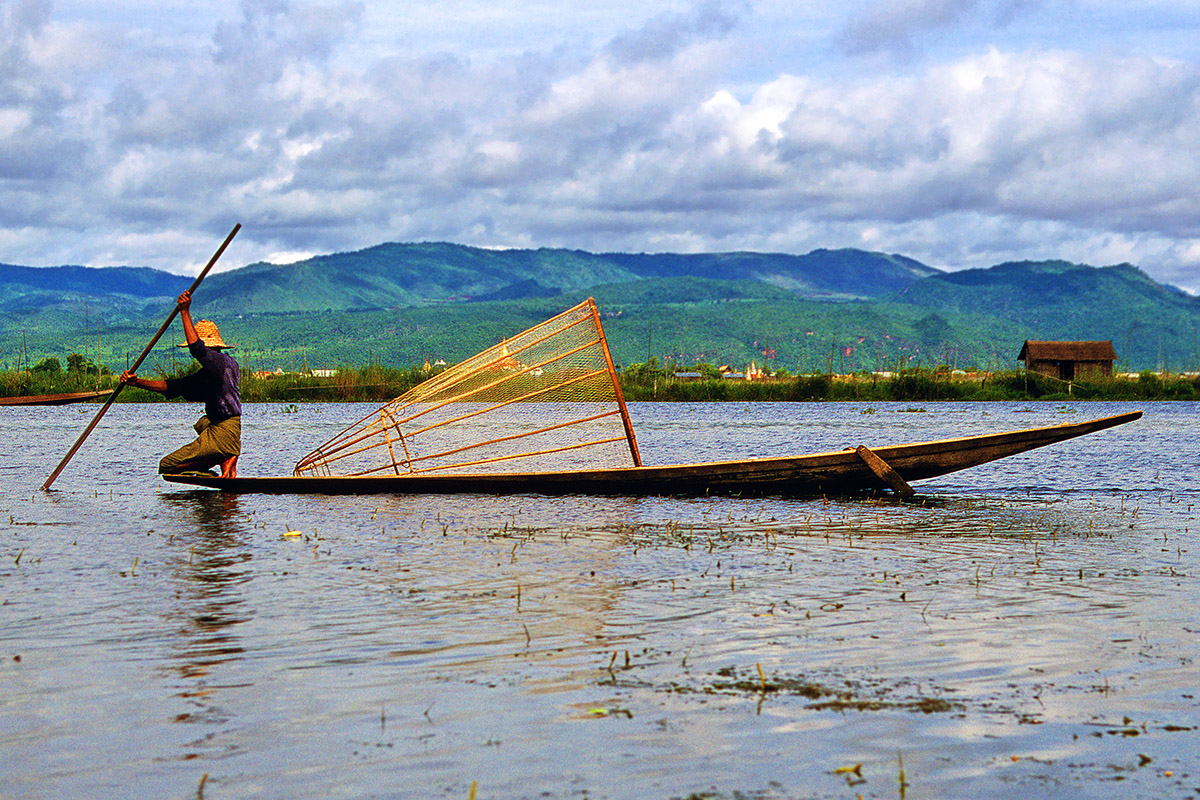 myanmar/inle_fisherman_rowing