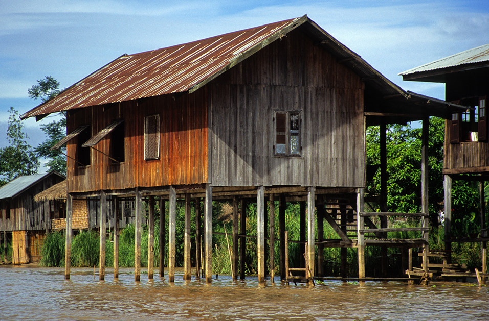 myanmar/inle_house_on_stilts