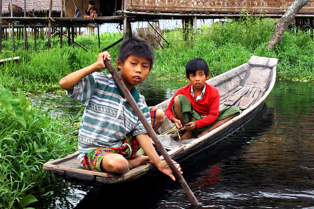 myanmar/inle_lake_boy_rowing