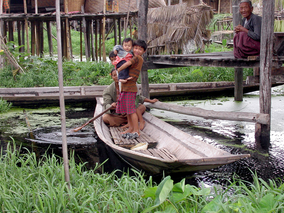 myanmar/inle_lake_family