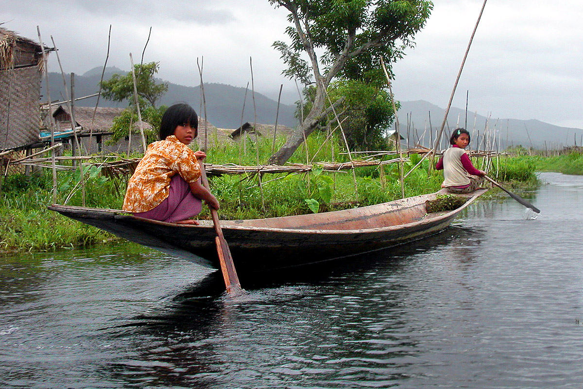myanmar/inle_lake_girls_rowing