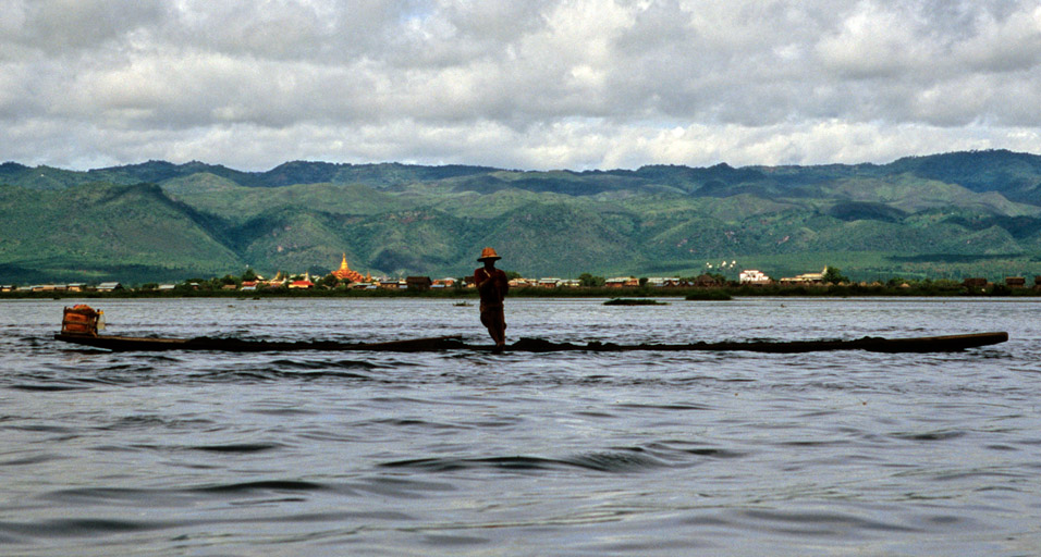 myanmar/inle_middle_lake_rower
