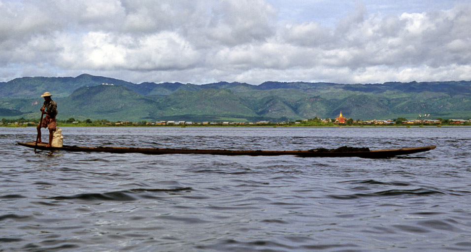 myanmar/inle_rowing_long_boat