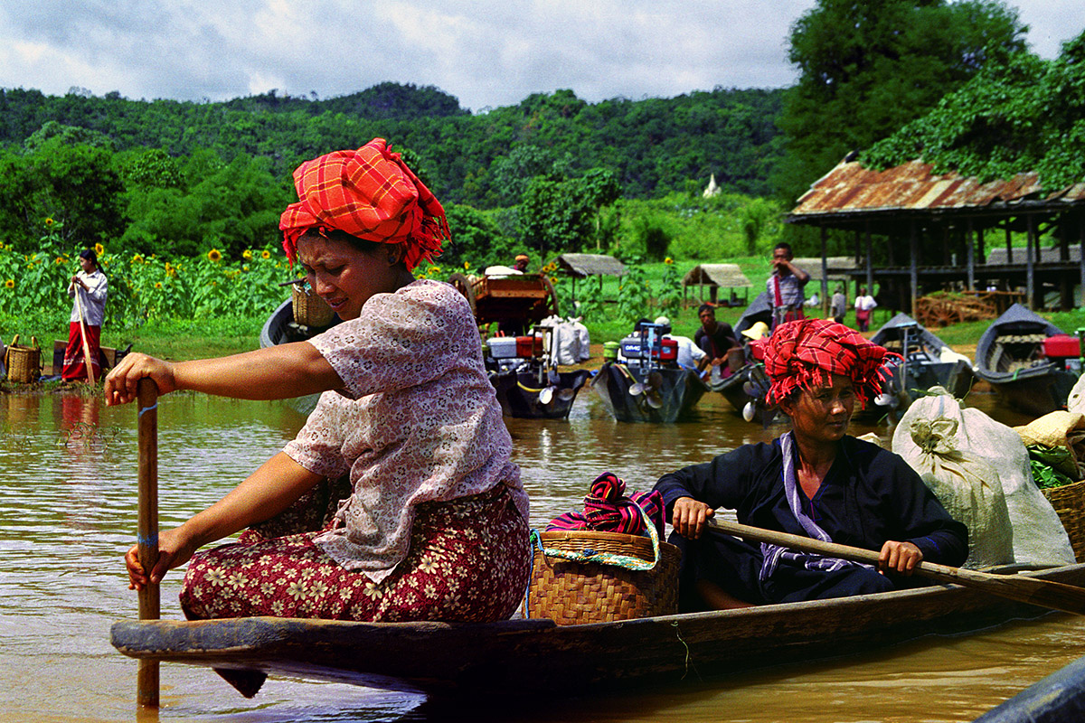 myanmar/inle_women_boat_close