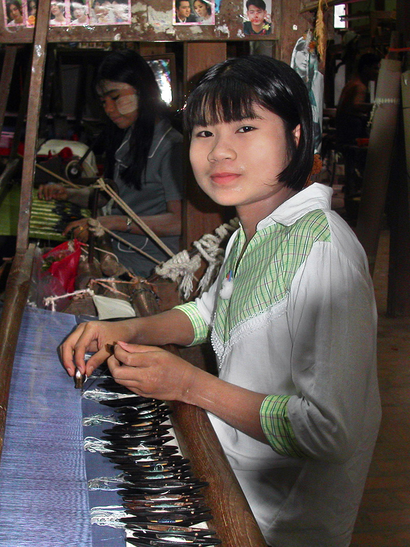 myanmar/mandalay_girl_weaving