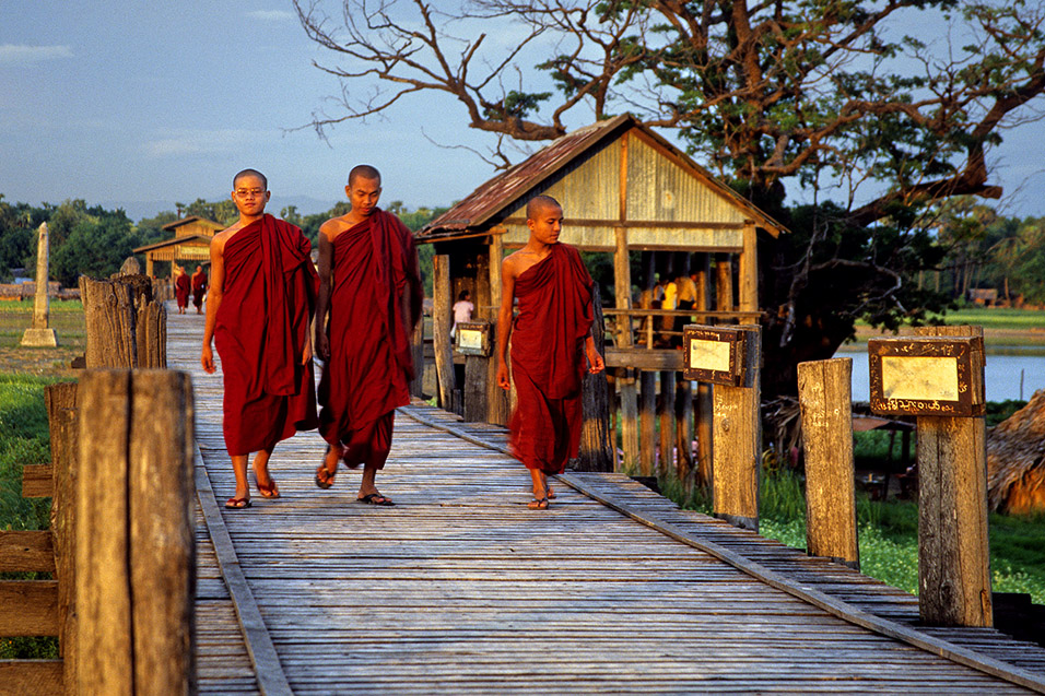 myanmar/mandalay_monks_crossing_u_bein_bridge
