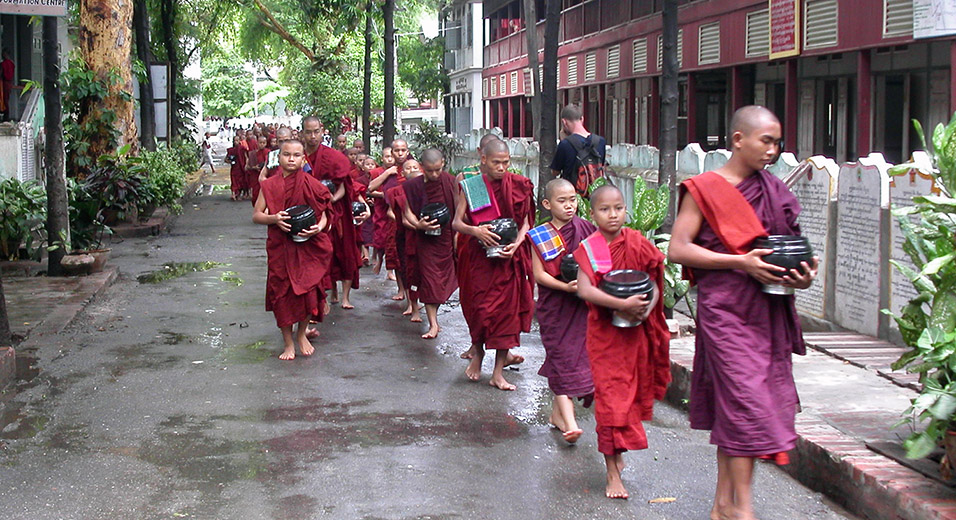 myanmar/mandalay_monks_eating