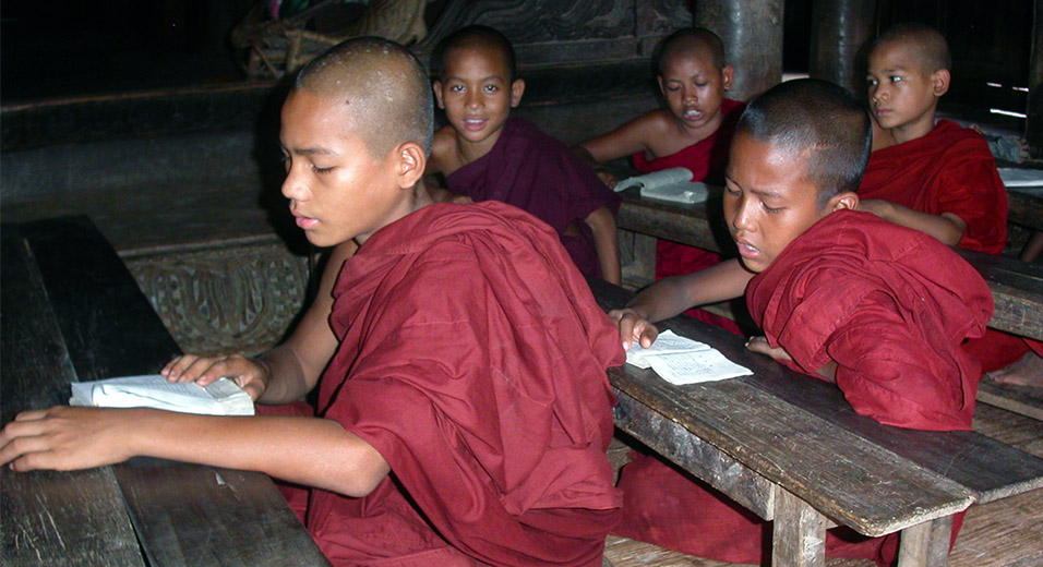myanmar/mandalay_monks_studying
