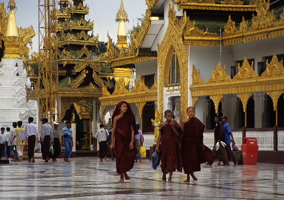myanmar/shwedagon_monk_novices