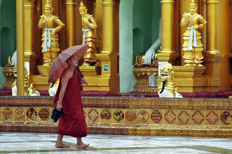 myanmar/shwedagon_monk_umbrella