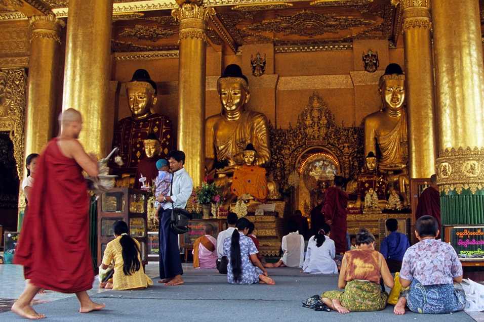myanmar/shwedagon_people_praying
