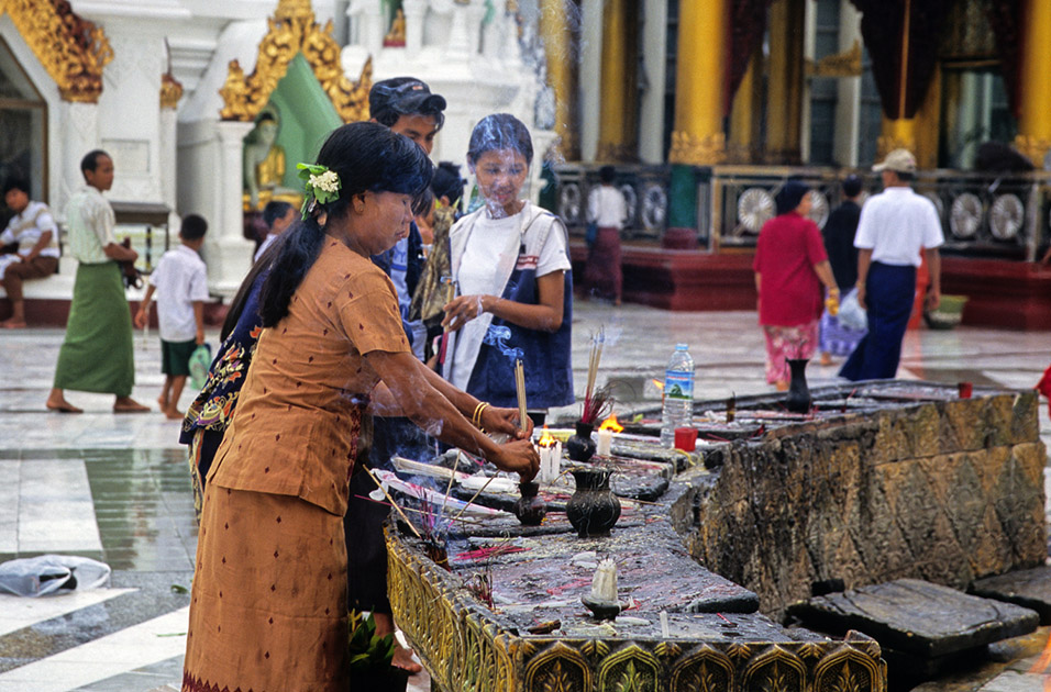 myanmar/shwedagon_praying